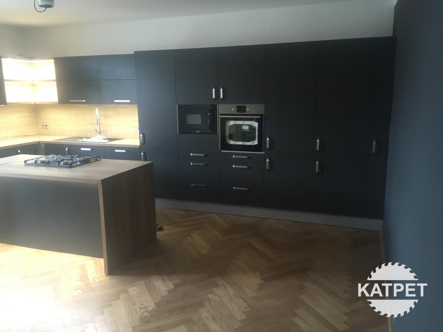 Minimalistická černá kuchyň