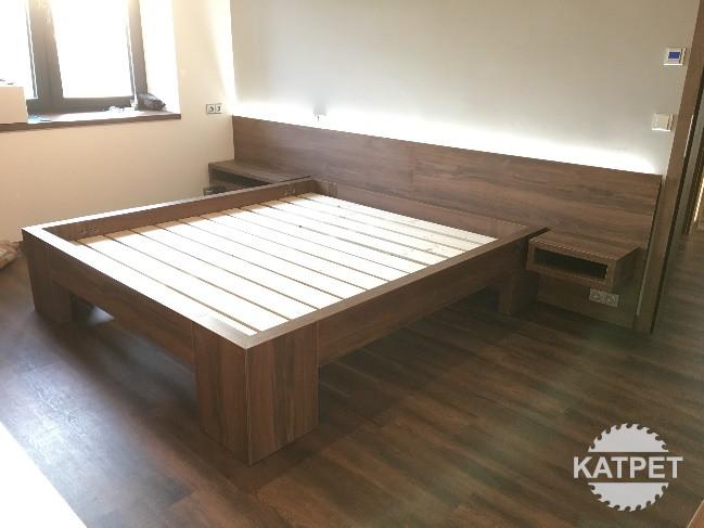 Manželská postel tmavá