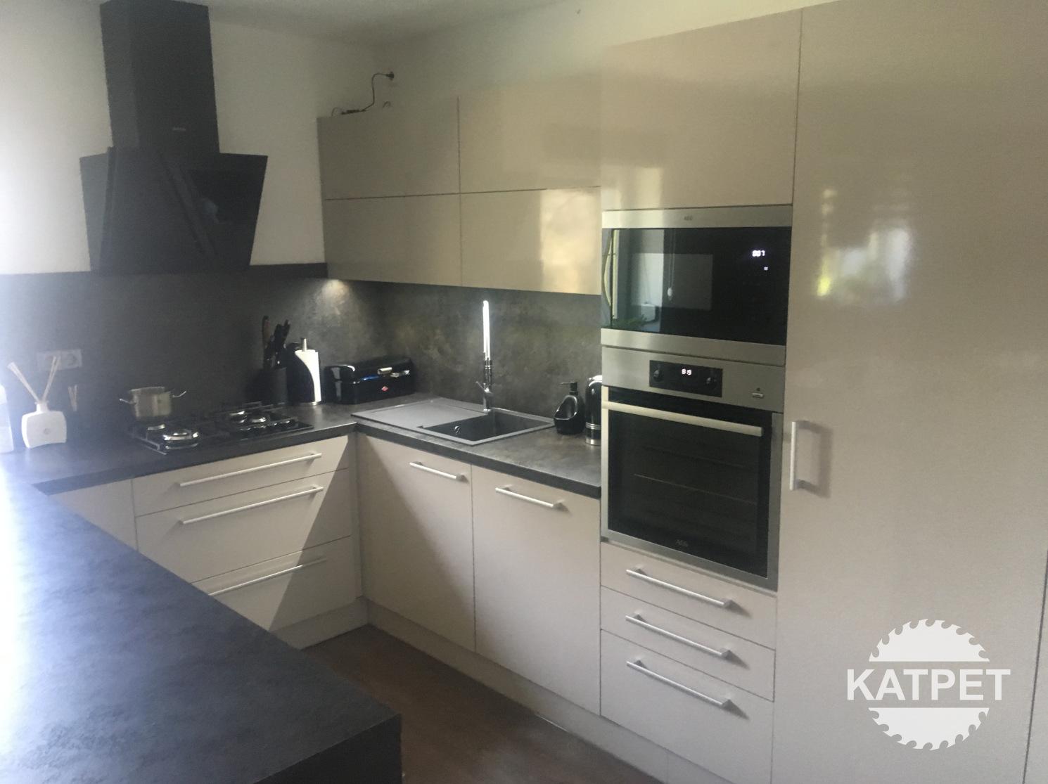 Bílá lesklá kuchyň Katpet