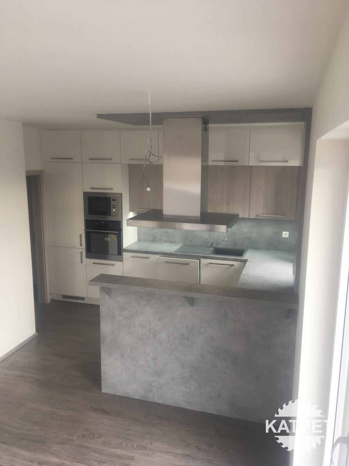 Kuchyň - kombinace šedá a bílá