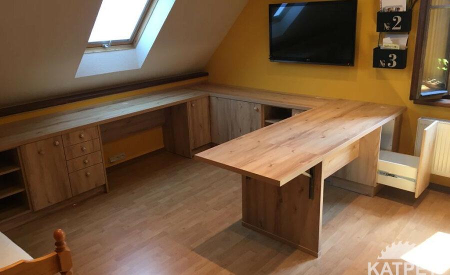 Studentský pracovní stůl