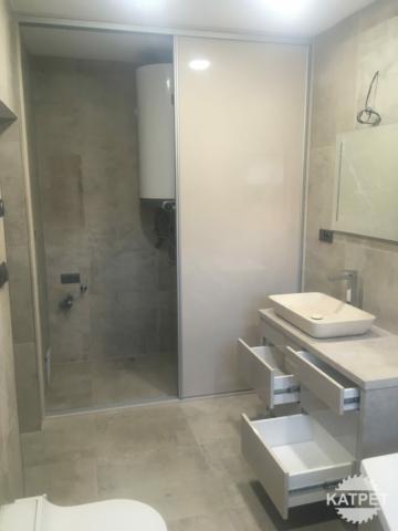 Světlá moderní koupelna