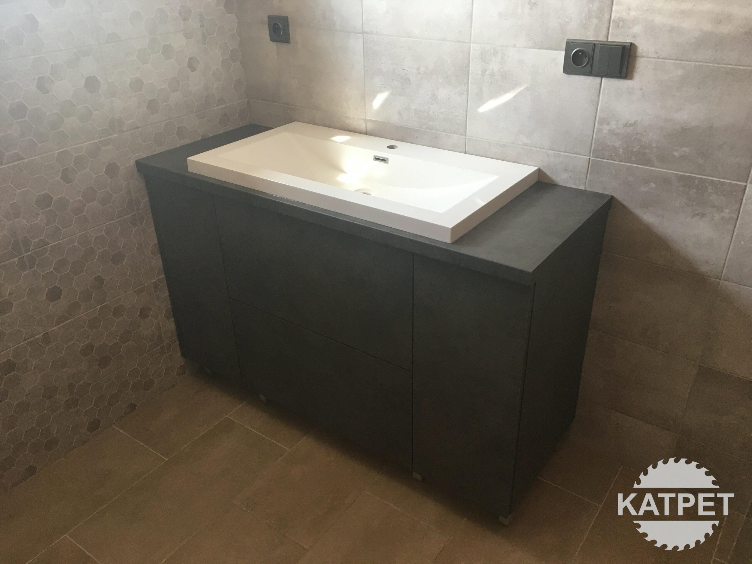 Tmavá koupelnová komoda