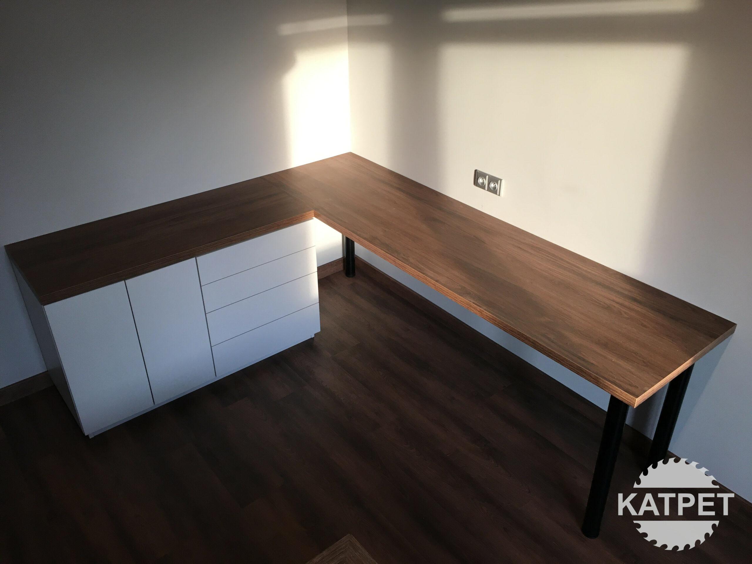 Pracovní stůl s úložným prostorem