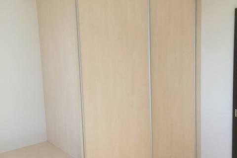 Světlá posuvná skříň