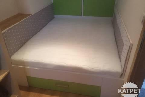 Velká postel se zátarasy