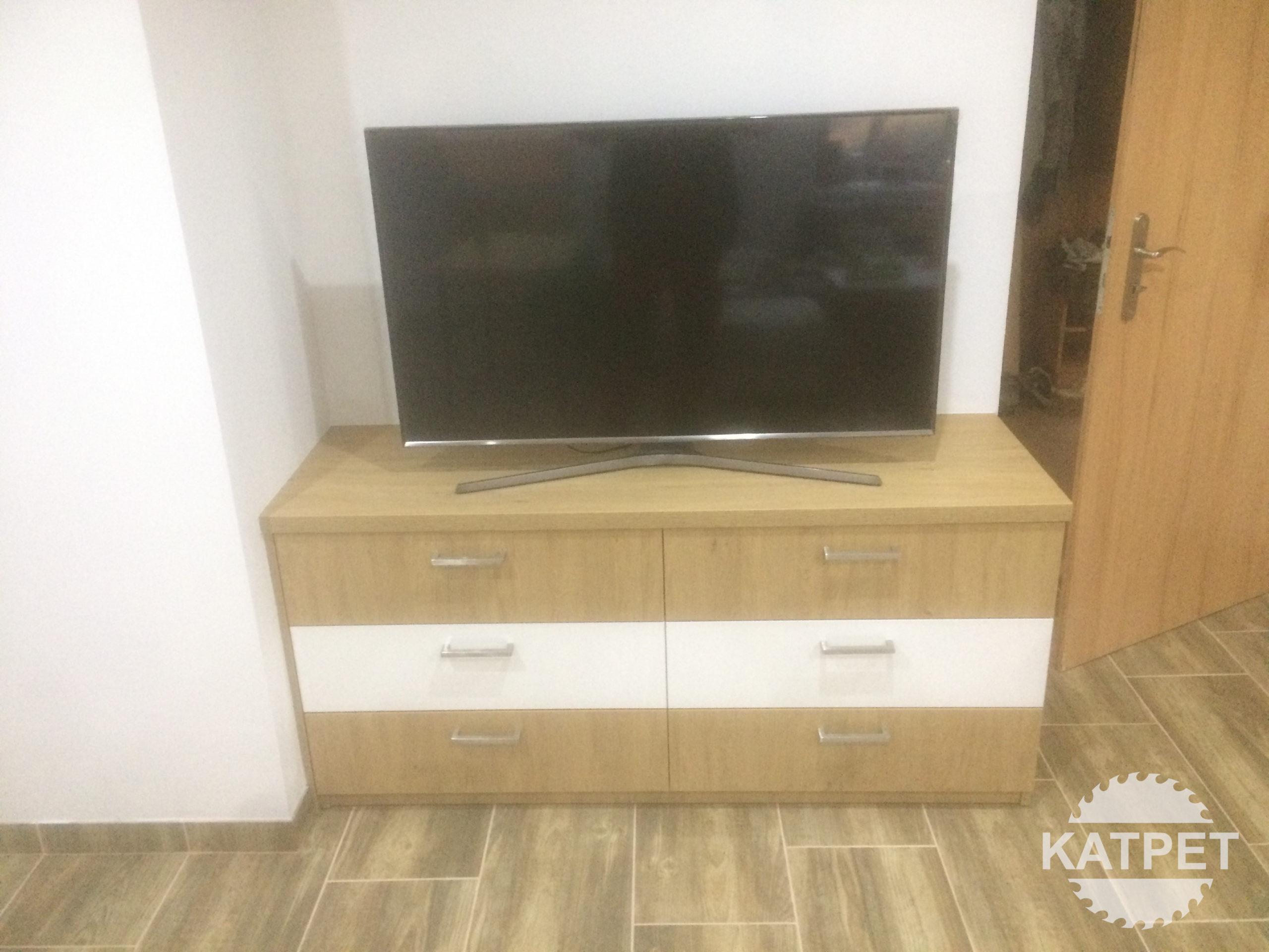 Komoda pod televizi
