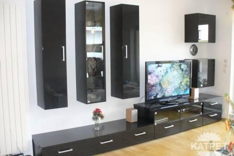 Lesklá černá televizní stěna