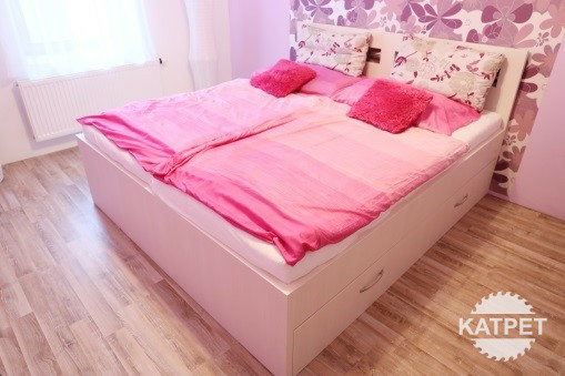 Manželská postel se zásuvkami