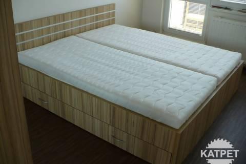 Manželská postel v bytě